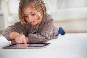 Niña autista con tablet