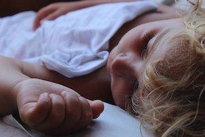 Niño autista durmiendo
