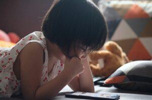 niña leyendo el celular