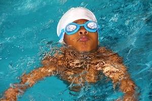terapia acuática para los niños con TEA