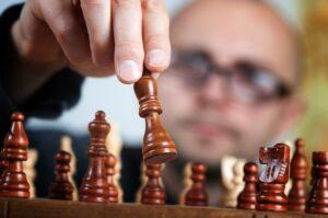 Joven jugador de ajedrez con autismo